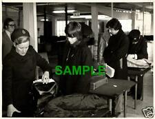 ORIGINAL PRESS PHOTO - JANE FONDA STORMS OUT WITH TOM HAYDEN - HEATHROW AIRPORT