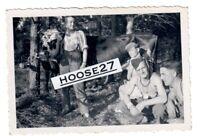 Foto Wehrmacht Schnappschuss Soldaten beim Melken mit Kuh 2.WK 9x6cm orig.