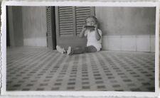 PHOTO ANCIENNE - VINTAGE SNAPSHOT - ENFANT HARMONICA MUSIQUE CADRAGE DRÔLE-MUSIC