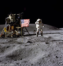 Photo Nasa - Apollo 16 John W. Young sur la lune salue drapeau Etats-Unis