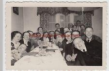 (F10212) Orig. Foto Personen an langer Tafel, lustige Runde, vor 1945