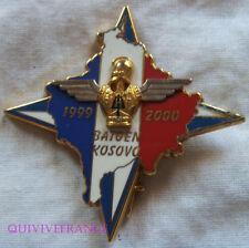 IN10818 - INSIGNE (KFOR) BAT GEN KOSOVO 1999 2000, matriculé