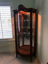 Display cabinet with 3 sides featuring curved glass, 5 shelves & mirrored back