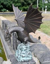 Bronzeskulptur, Drache auf Stein sitzend mit Wasserspeier Gartendekoration *