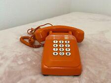 Ancien Téléphone fixe orange vintage à cadran  circa 1981s