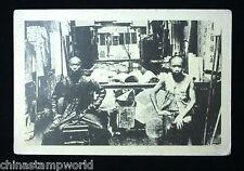 Tarjeta de foto antigua China, la dinastía Qing, dos hombres sentado delante de la tienda