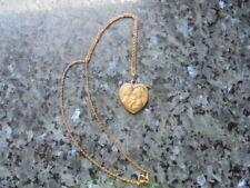 belle  medaille en forme de coeur  des amoureux de peynet en plaqué or+ chaine .