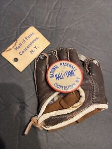 SCARCE c. 1949 BASEBALL COOPERSTOWN HOF PIN & MINIATURE GLOVE W/HOF SHOP TAG HTF