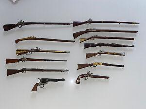 LOTTO 13 FUCILI IN MINIATURA DI METALLO Anche 2 Pistole In Metallo