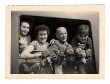 PHOTO ANCIENNE Train Wagon Passagers Vers 1950 Fleurs Groupe Famille Gare