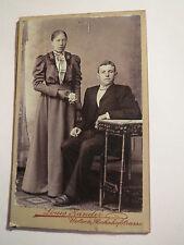 Uelzen - Paar - stehende Frau im Kleid & sitzender Mann im Anzug  Portrait / CDV