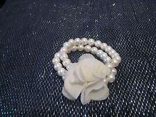 Muy bonita pulsera elástica de material Blanco Imitación Perlas & Flor