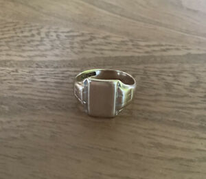 Men's 9ct Solid Gold Vintage Signet Ring, weight 5.61 grams, Size R