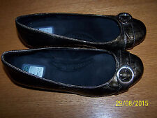 DR. SCHOLL'S BRAND PLATINUM METALLIC TECTURED SMALL WEDGE SIZE 8M BUCKLE ACCENT