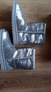 UGG WOMEN'S CLASSIC SHORT COSMOS SEQUIN BOOTS SILVER/GOLD UK 7