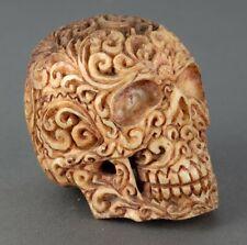 Geschnitzter Schädel mit Ornamenten, gefärbt - Knochen Bein Schnitzerei