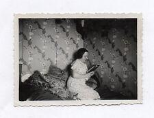 PHOTO ANCIENNE Femme Lit Tapisserie Lecture Livre Motif Tissus Profil Lire 1930