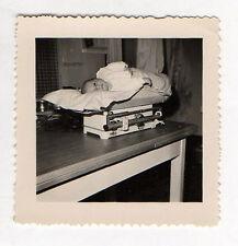 PHOTO ANCIENNE N&B - Bébé Balance La pesée Poids Curiosité - Vers 1960 Regard