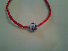 Hecho a mano roja Nudo Chino Pulsera Con Decoración De Grano De Porcelana Azul