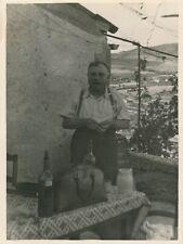 Snapshot homme vigneron table campagne bouteilles de vin sac campagne apéritif