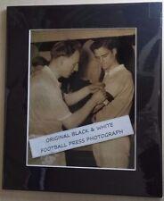 MANCHESTER CITY FC ORIGINAL MOUNTED PRESS PHOTOGRAPH 8/2/1958 BLACK ARMBAND GAME