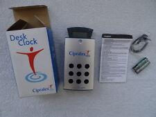 Reloj digital y radio FM. Pilas incluidas. Antena. altura aprox 12 Cm. Nueva.