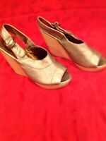 ** NEW CYNTHIA VINCENT $330 Women Leather Wedge Heel Sandal Shoes Size: 10  **