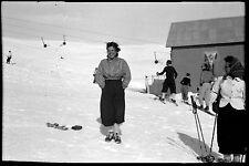 Jeune femme ski sports d'hiver neige vacances - Ancien négatif photo an. 1950