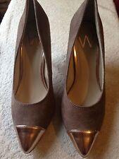 Wallis, zapatos marrones con un talón de oro, tamaño 4
