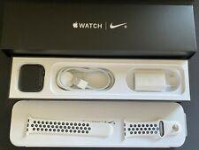 Apple Watch Nike+ Series 4 44mm Aluminium Gehäuse in Space Grau Stoffarmband