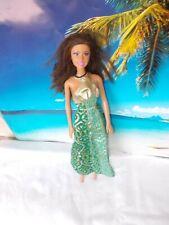 Barbie Puppe, mit grün gemusterten Kleid, lange braune Haare