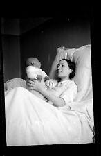 Jeune femme maman bébé enfant maternité - Ancien négatif photo an. 1930