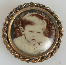 PHOTOGRAPHIC JEWELRY GOLD PIN PORTRAIT OF YOUNG BOY.