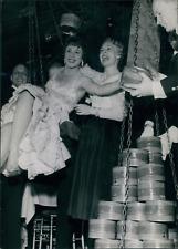 Actrice Dora Doll avec son poids en caviar noir, ca.1948, vintage silver print v