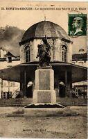 CPA  Bort-les-Orgues - Le Monument aux Morts et la Halle  (691840)
