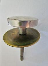 ancienne poignée de meuble-tiroirs  ronde 1960  en inox avec embase en laiton