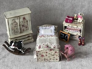 1/12 SCALE DOLLS HOUSE SHABBY CHIC GIRLS BEDROOM WITH FURNITURE AND TOYS.