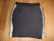 LADIES CUTE BLACK & WHITE POLYESTER STRAIGHT MINI SKIRT BY BOOHOO SIZE UK 8 6/8