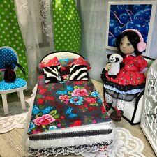 pinkrosemh Puppe mit Bett Stuhl Möbel Set für Puppen Barbie inkl Puppe! UNIKAT
