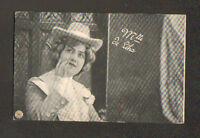 ARTISTE  / Mlle DE LEKA , Buste avec CHAPEAU , sur Scéne en 1906