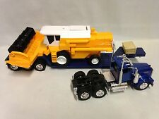 Kenworth W900 Lowboy w/ Harvester, Collectible 1:32 Diecast  New Ray Toys Blue