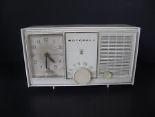VINTAGE WHITE MOTOROLA  TUBE TYPE CLOCK RADIO MODEL ACIA-W NO. 95508
