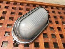 Ancienne petite applique de cargo en fonte d'aluminium années 60's verre opaque