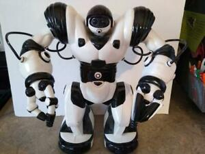 """Wow Wee Robosapien Robot 14"""" 2004 With Remote Control (B & W) - Tested & Works"""