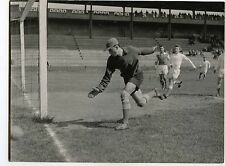 Stade de gerland Lyon match de foot gardien de but en action football circa 1950