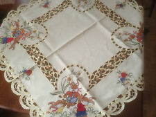 NAPPE A THE CENTRE DE TABLE SUR NAPPE BRODEE  ( PAQUES )