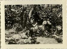 PHOTO ANCIENNE - VINTAGE SNAPSHOT - GROUPE SIESTE REPOS DÉTENTE JARDIN - NAP