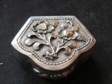 Boite pilulier Décor fleuri forme originale métal argenté