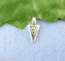 30 petits pendentifs triangles argentés 4x9 mm