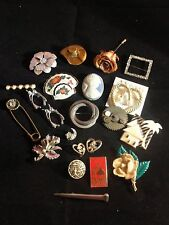 21 Broaches, Pins - Costume Jewelry - Nice Variety - Pls See Photos - Lot P683